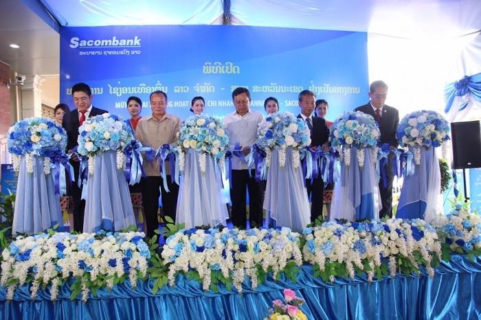 Cắt băng khánh thành Sacombank Savanakhet, Lào.