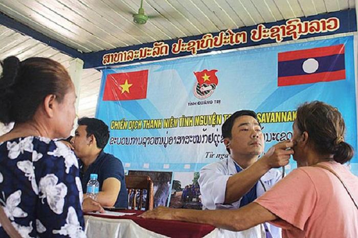 Thầy thuốc trẻ Việt Nam khám bệnh cho người dân địa phương