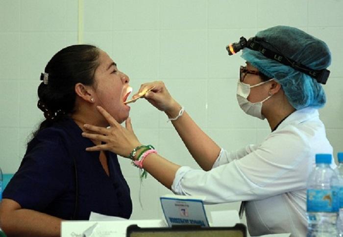 Khám bệnh cho người dân tại Savanakhet, Lào