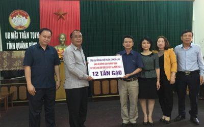 Đại diện Ban Cứu trợ tỉnh tiếp nhận hỗ trợ của tỉnh Savannakhet (CHDCND Lào).