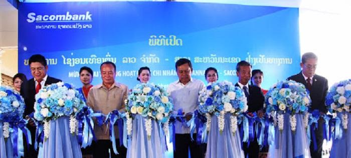 Các đại biểu cắt băng khai trương Chi nhánh Sacombank Savanakhet