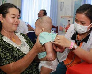 bác sĩ từ Việt Nam tới khám bệnh
