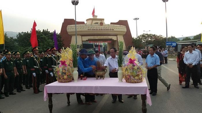 Lãnh đạo hai nước thắp hương tưởng niệm các anh hùng liệt sỹ tại Cửa khẩu Quốc tế Lao Bảo.