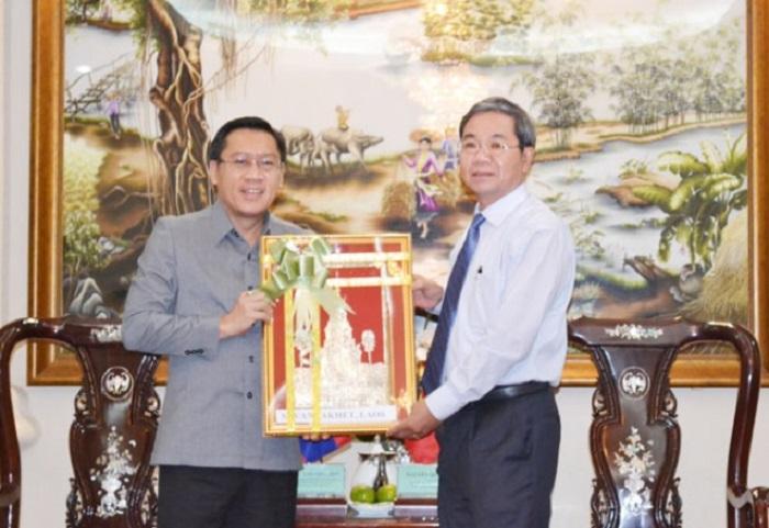 Ông Phosay Xayasone (trái) tặng quà cho Phó chủ tịch UBND tỉnh Nguyễn Quốc Hùng