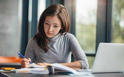 Bắt đầu viết bài luận sớm sẽ giúp bạn hoàn thành bộ hồ sơ du học Mỹ một cách tốt nhất.