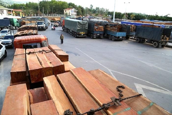 """Bố trí bãi hạ tải tạm để gỡ """"ùn ứ"""" tại cửa khẩu quốc Cửa khẩu quốc tế Lao Bảo"""