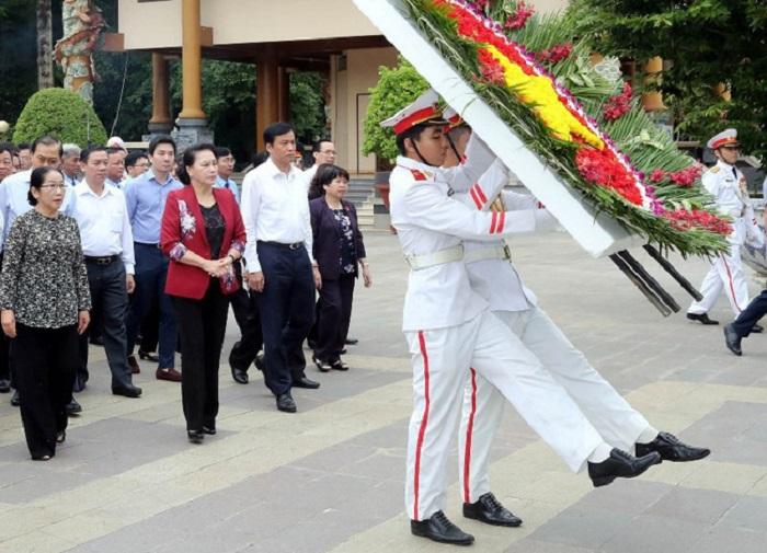 Dâng hương, dâng hoa, tưởng nhớ, tri ân sâu sắc công lao to lớn của các Anh hùng liệt sĩ