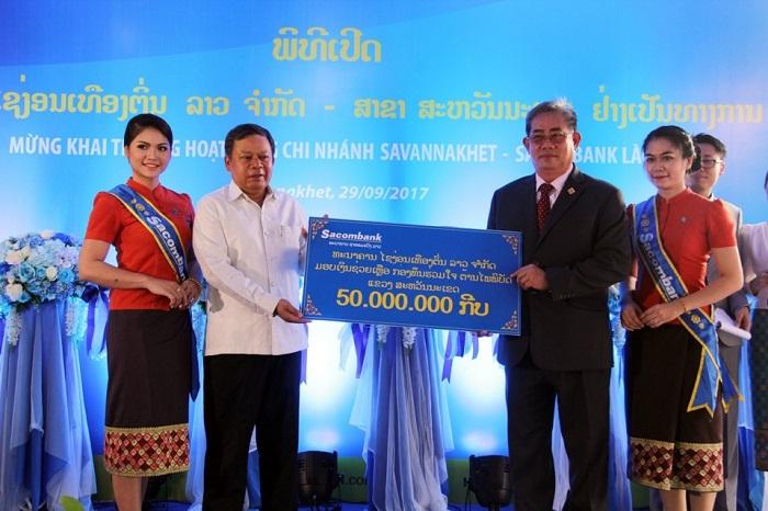 Sacombank trao quà từ thiện tại Lào.