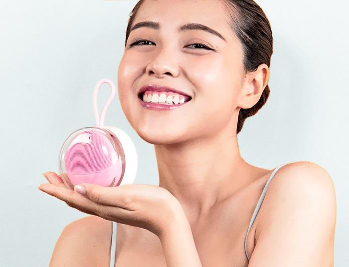 Sử dụng máy rửa mặt và máy đẩy tinh chất giúp làn da thêm mịn màng, trắng sáng